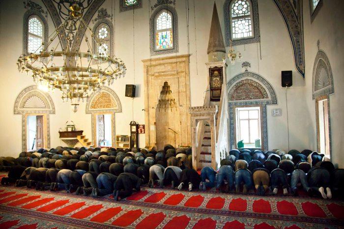 Rezo en la principal mezquita de Pristina