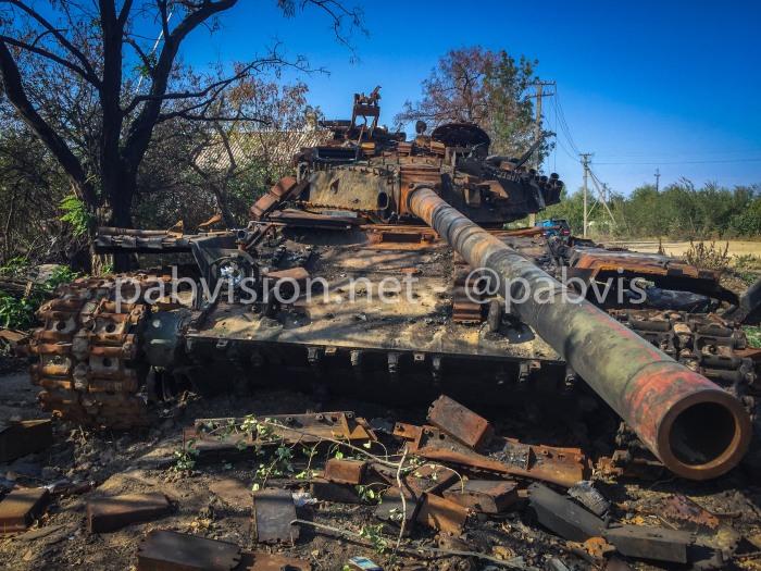 Tanque T-64 ucraniano destruido por la artillería rebelde en una posición al norte de Debaltsevo.