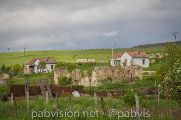 Casas armenias y casas destruidas de azeríes en NK
